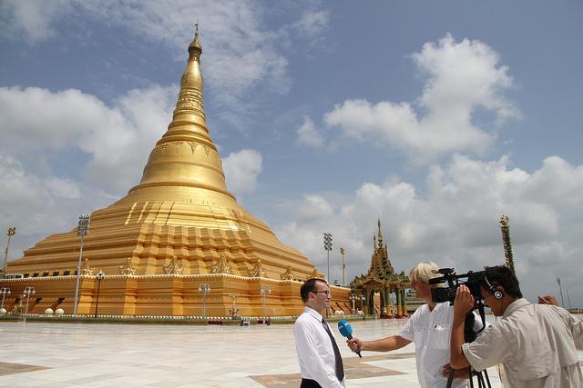 Des journalistes font une interview à Nay Pyi Taw, nouvelle capitale administrative du Myanmar