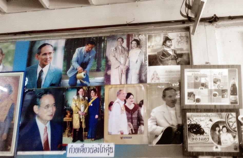 Portraits du roi dans un restaurant de Bangkok