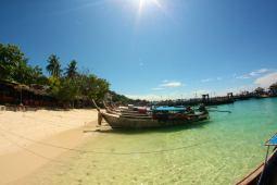 La Thaïlande carte postale : long tail boat à Koh Phi Phi