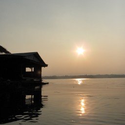 Le soleil se couche sur le lac de Sangklaburi
