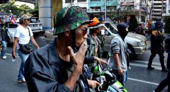 Un garde chargé de la sécurité des manifestants - Photo : Wilfried Devillers
