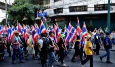 Les maniefestants se mettent en marche en direction de Government House - Photo : Wilfried Devillers