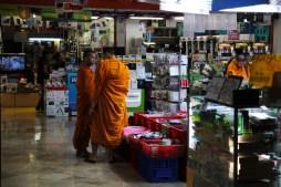 Des moines dans une boutique d'accessoires électroniques. Photo : Cuzin Flavien