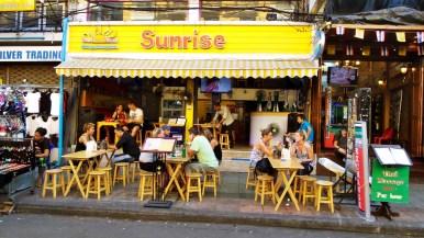 Khao San Road, entretient péniblement sa légende de quartier de routards
