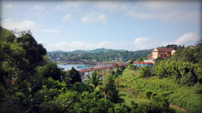 Vue de Sangkhlaburi (pont en dur et pont en bois )