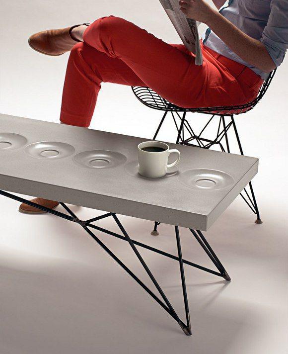 Plateau de table en béton avec forme de soucoupe à café incrustée