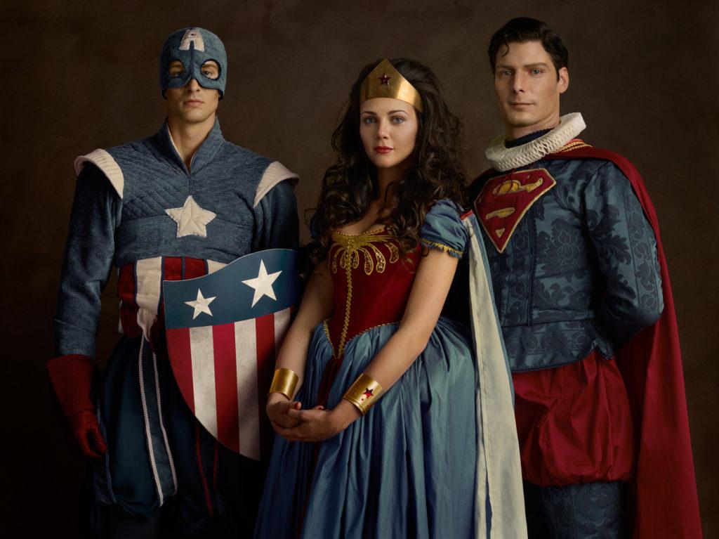 Portrait de famille avec Superman affublé d'une fraise, Captain America et Wonder Woman