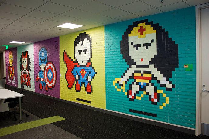Des super-héros en post-it sur les murs d'un open space