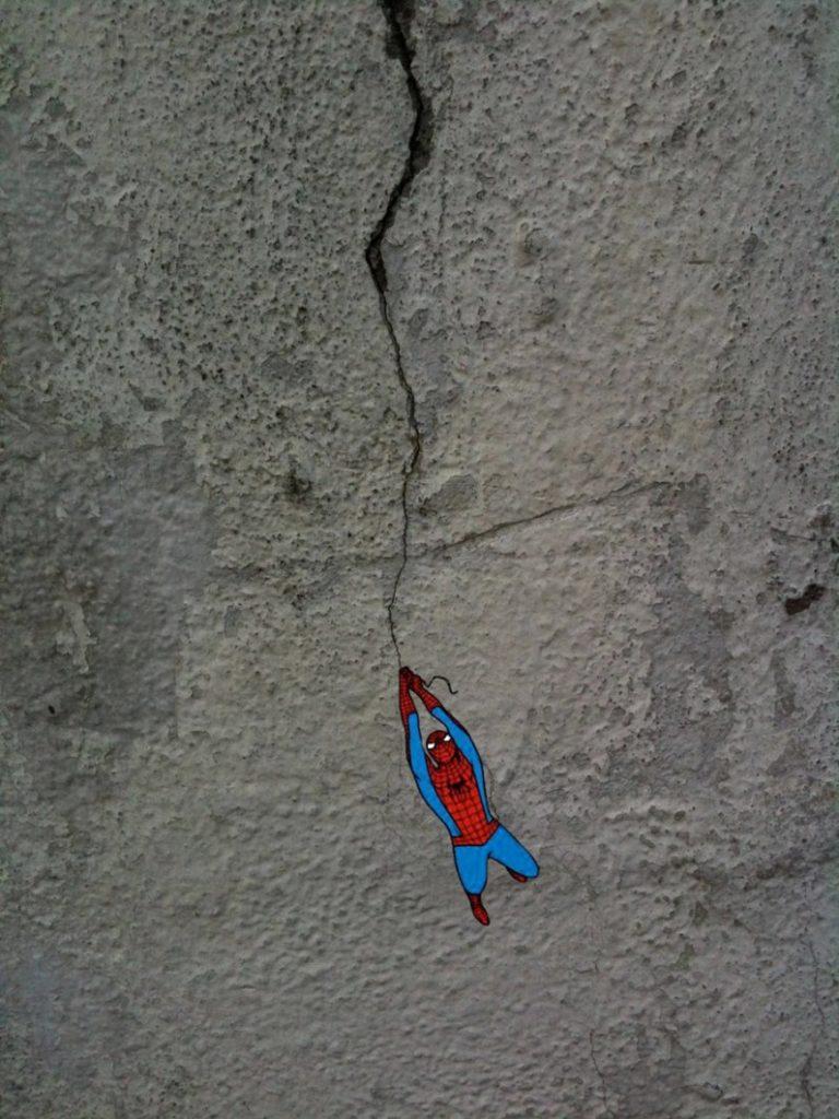 Une fissure de mur sert de liane à Spiderman
