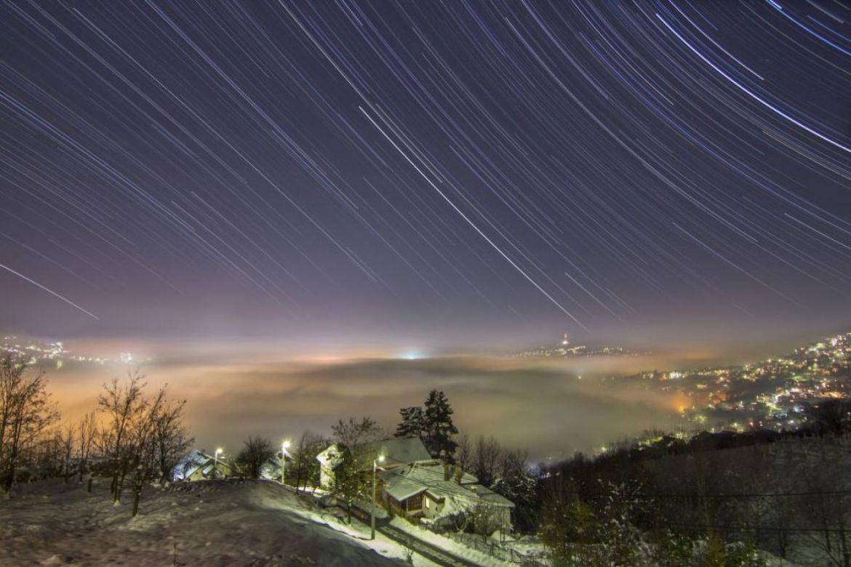 Startrails (tragovi zvijezda) i magla iznad Sarajeva - undefined
