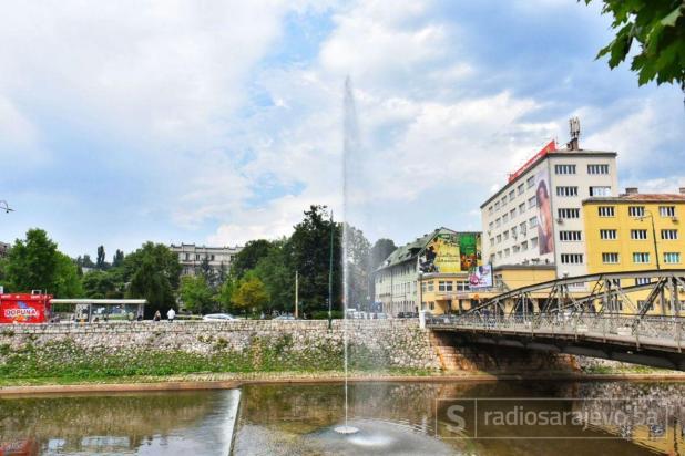 Plutajuća fontana u koritu rijeke Miljacka - undefined