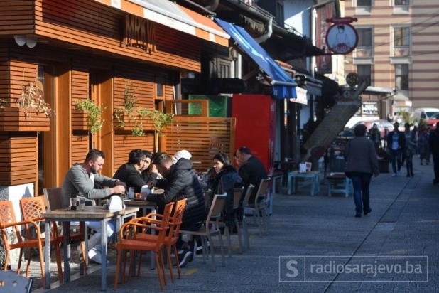 Foto: Nedim Grabovica / Radiosarajevo.ba/Lijep dan Sarajlije iskoristile za šetnju i kafu u baštama