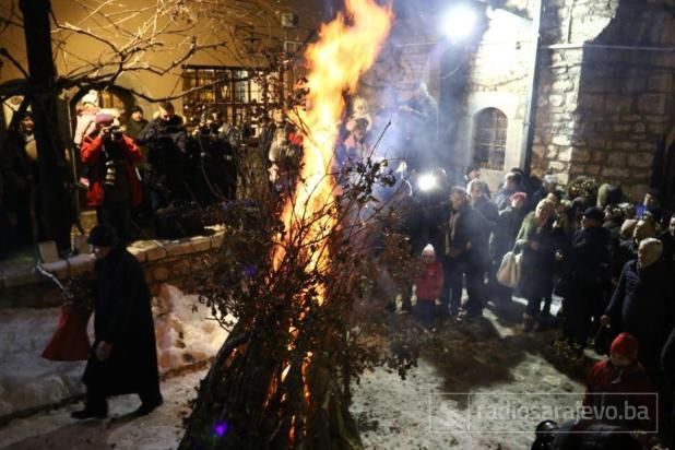 Foto: Dženan Kriještorac / Radiosarajevo.ba/ U Sarajevu pravoslavni vjernici zapalili badnjak