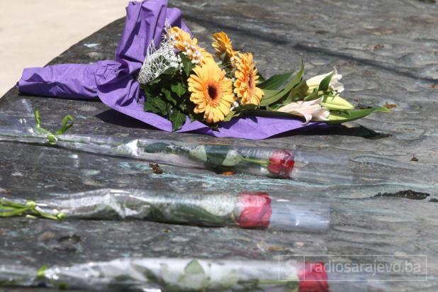 Foto: Dženan Kriještorac / Radiosarajevo.ba/Sarajevo: Položeno cvijeće na psomen-obilježje ubijenoj djeci