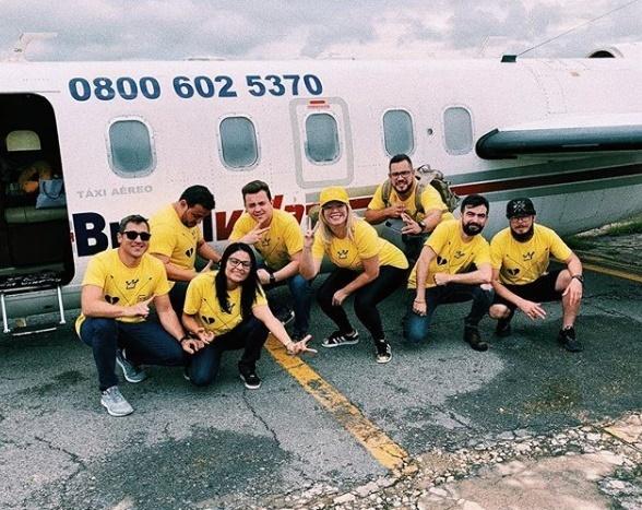 Marília Mendonça posta foto da equipe rumo a Teresina