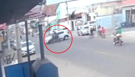 Acidente entre carro e moto deixa jovem morta