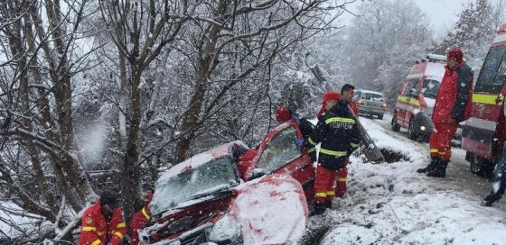 Imaginea articolului Accident rutier GRAV în Sibiu: Un mort şi un rănit grav, după ce maşina în care se aflau a derapat