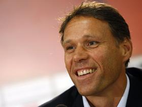 Federaţia Olandeză nu îi va da voie lui Van Basten să meargă la Ajax
