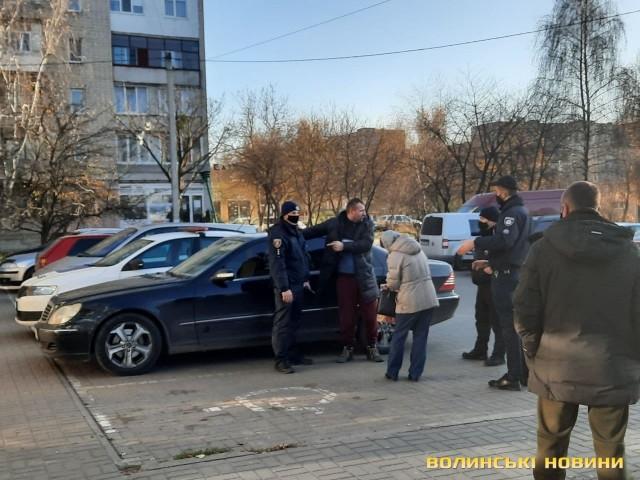 Чоловік у Луцьку зайшов без маски до супермаркету і спровокував конфлікт: постраждав поліцейський 01