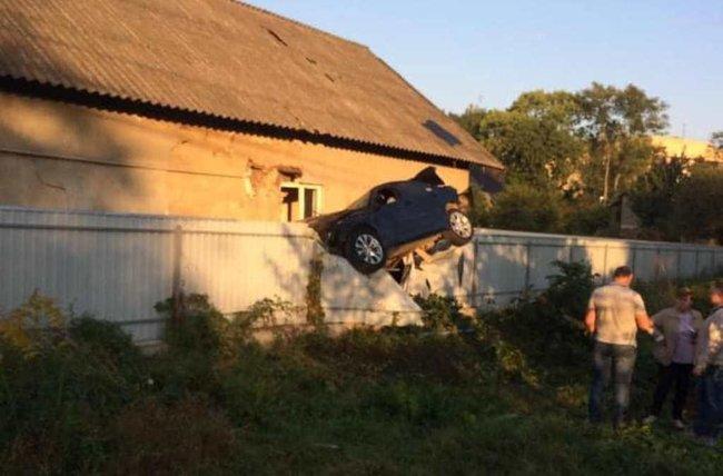 Поліцейський на BMW протаранив огорожу та повис на паркані в Чернівцях 01