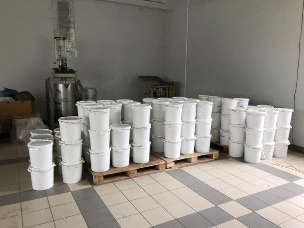 Незаконне масове виробництво тютюну для кальяну ліквідовано на Київщині: вилучено підакцизної продукції майже на 13 млн грн 02