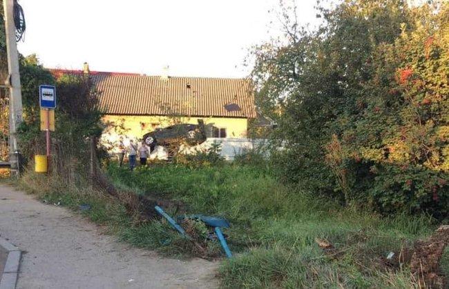 Поліцейський на BMW протаранив огорожу та повис на паркані в Чернівцях 03