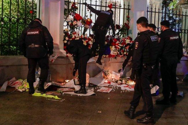 Російські поліцейські розтоптали меморіал біля посольства Білорусі 01