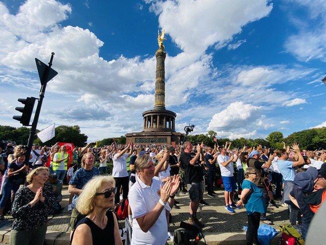 Протестувальники, які виступають проти коронавірусних обмежень, у Берліні принесли прапор ДНР і просили про допомогу Путіна і Трампа 01