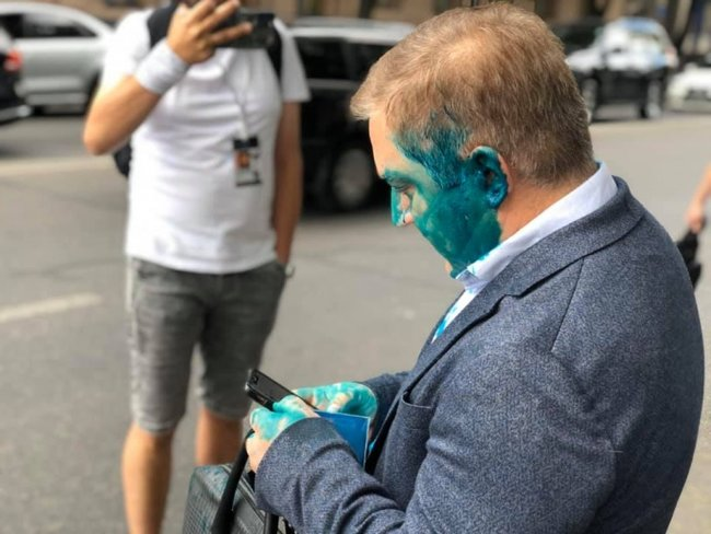 Ти мені око випалив, сука! П#дар! - нардепа ОПЗЖ Волошина, який заявляв про відсутність в Україні суверенітету, облили зеленкою 02