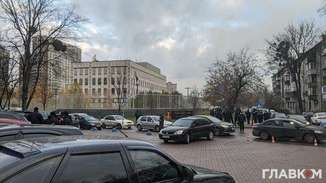 ОПЗЖ зібрала проплачений мітинг проти зовнішнього управління під посольством США в Києві 03