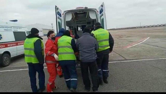 Война без выходных: в Днепр на вертолете эвакуировали двух военнослужащих с минно-взрывными травмами 02