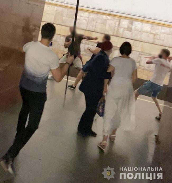 На Театральній побилися прихильники Шарія і патріоти, поліція затримала двох чоловіків 01