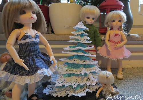 Knitted tree with dolls