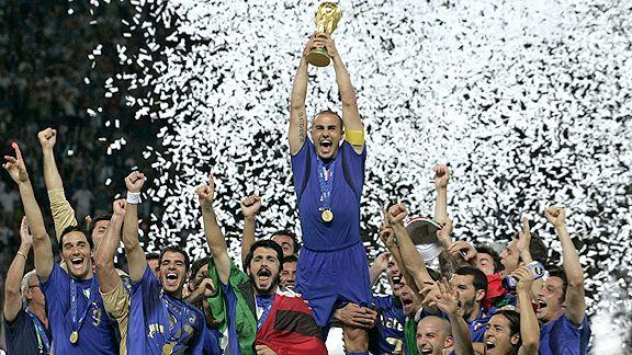Cannavaro alza la Coppa nella notte di Berlino