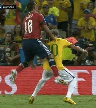 Il momento incriminato: Zuniga interviene su Neymar