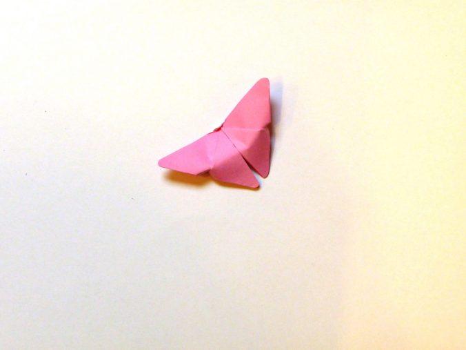 Roze origami vlinder
