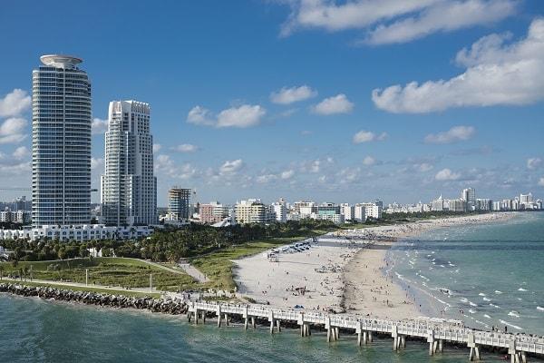 Strand und Skyline von Miami Florida