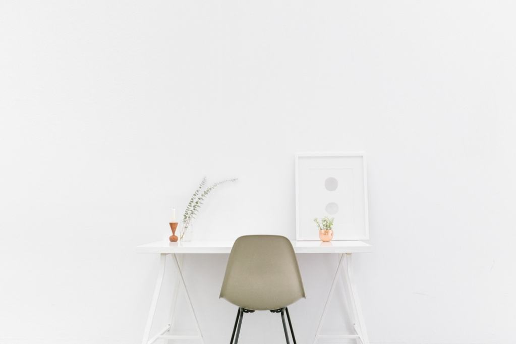 ausgemisteter Schreibtisch minimalistisch