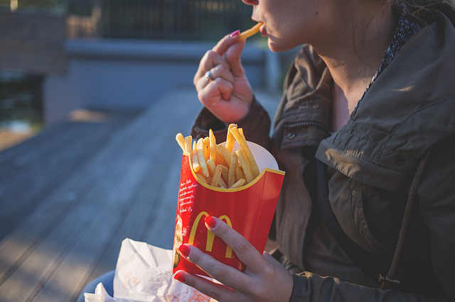 6 EFFECTS OF FAST FOOD ON YOUR BODY - Story of My Health