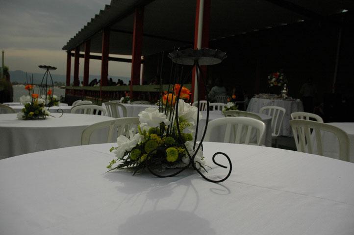 Veja neste exemplo como a grande área branca da toalha de mesa induziu o fotógrafo a fechar a abertura pela leitura do fotômetro. Note que toda a cena ficou com grandes sombras.