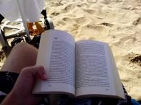 10:37 - Erst mal ein bisschen Lesen. Der stille Krieg heißt das Buch. Es ist ein SiFi Zukunftsroman.
