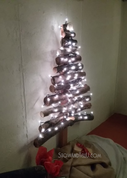 diy-rustic-log-christmas-tree-http://www.stowandtellu.com
