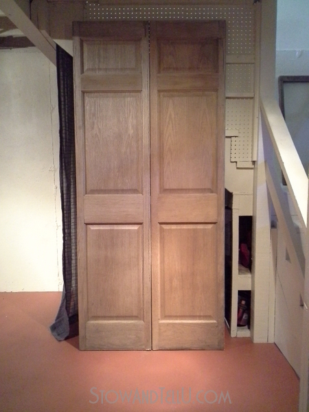 makeshift-under-stairs-storage-cover-old-door-http://stowandtellu