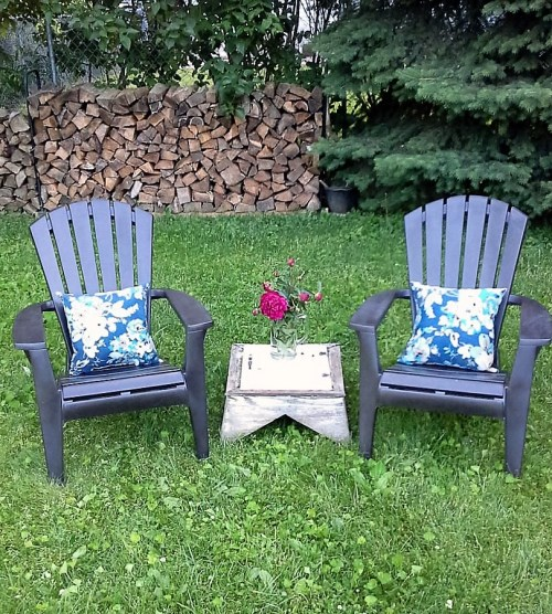 spray-painted-plastic-outdoor-chairs-upcycled-cupola-garden-table - StowAndTellU.com
