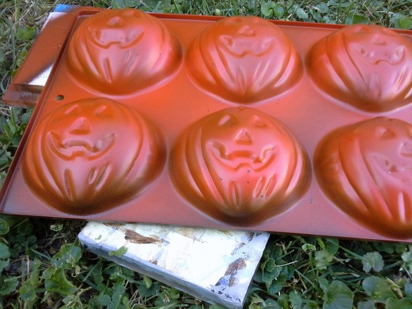 spray-paint-muffin-pumkin-tin - StowandTellU.com
