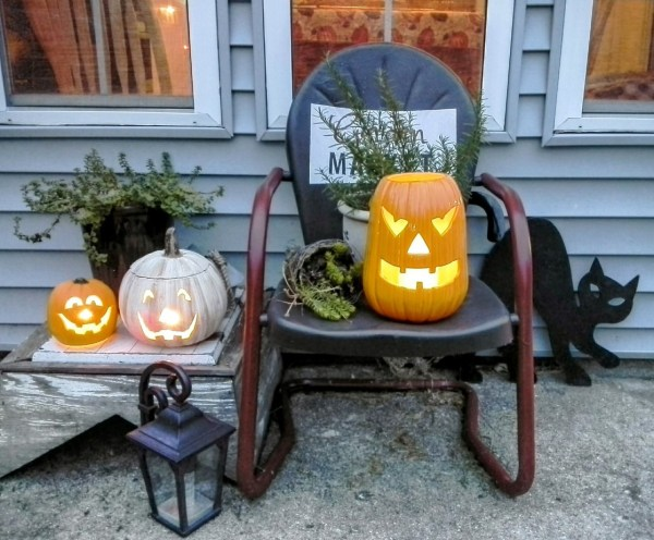 Simple thrifted Halloween front porch and jack o-lanterns | StowandTellU.com