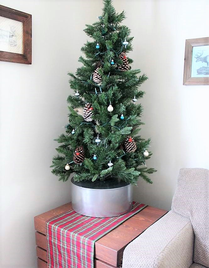 Faux galvanized bucket DIY Christmas tree collar skirt | stowandtellu.com