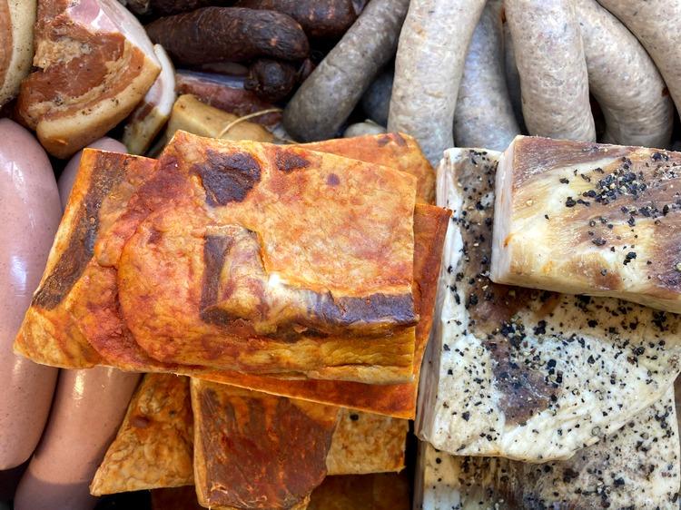 """""""La Mimi"""" poți alege slănină mangalița, slănină coaptă pe jar, bacon sau slănină afumată"""