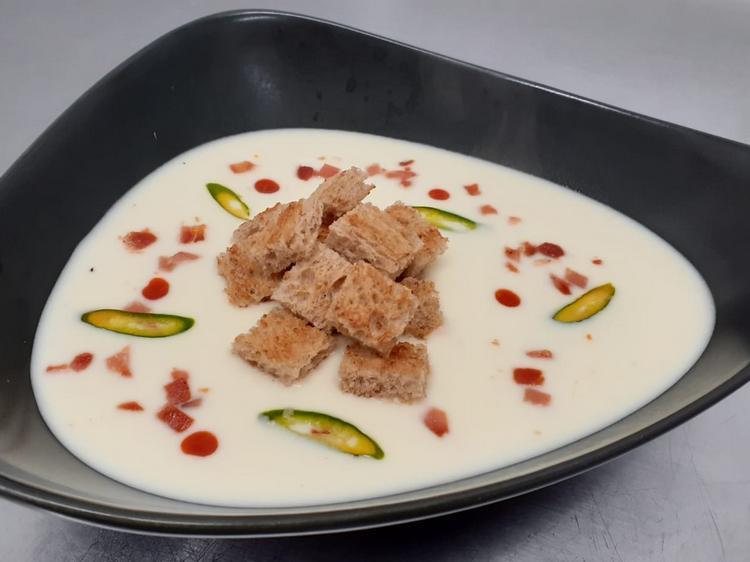 Supa cremă de usturoi á la Chef Tiberiu Csiszerse servește cu crutoane de pâine