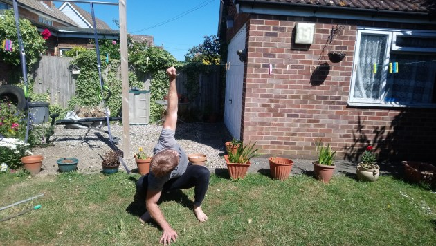 Calimove AFTER PHOTOS Squat & reach - right arm lifted